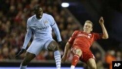 Yaya Toure na Manchester City a lokacin wasansu na Premier League na Ingila da Liverpool a filin wasa na Anfield Stadium a ranar 27 Nuwamba, 2011.