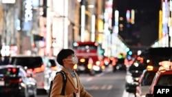 星期天1月26日东京街道上一名戴口罩的日本人