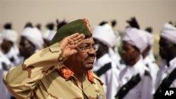 Le président du Soudan passe en revue les troupes de l'armée soudanaise lors d'une visite à al-Obeid,dans le nord du Kordofan, Soudan,19 avril 2012.