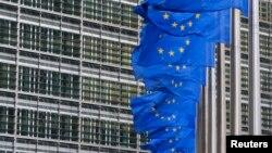 Zastave Evropske unije ispred sedišta EK u Briselu (Foto: Reuters/Yves Herman)