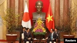 베트남을 방문중인 아베 신조(가운데 왼쪽) 일본 총리가 16일 하노이 주석궁에서 쩐 다이 꽝(가운데 오른쪽) 국가주석과 회담을 진행하고 있다.