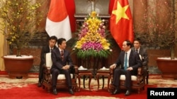 Ông Abe hội đàm với Chủ tịch Quang trong chuyến thăm Việt Nam năm 2017.