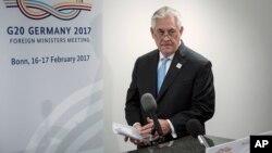 렉스 틸러슨 미국 국무장관이 G-20 외교장관회의 참석을 위해 방문한 독일에서 16일 세르게이 라브로프 러시아 외무장관과 양자회담을 가진 후 성명을 발표하고 있다.