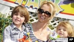 Britney Spears posa en marzo 5 de 2009 con sus dos hijos Preston (izquierda) y Jayden (derecha). Britney Spears cayó en crisis, tras su mediática ruptura en 2008 con Kevin Federline.