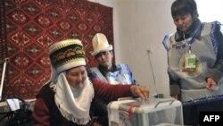 Пожилая женщина голосует на дому в селе Кызыл-Бирлик в Кыргызстане. 29 октября 2011 г.