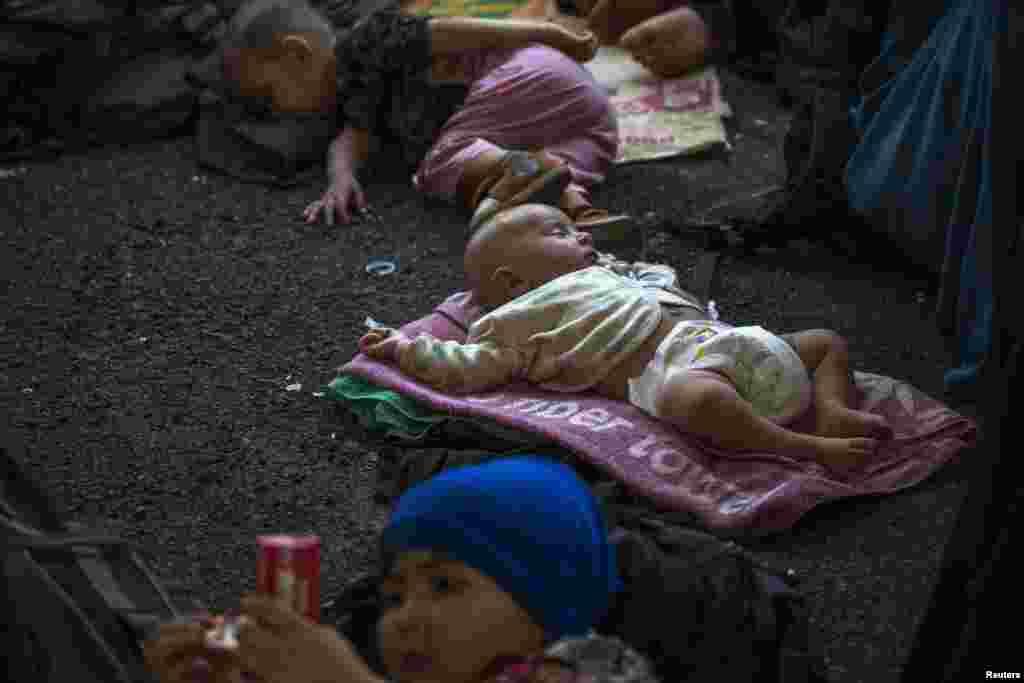 تھائی حکام کا کہنا ہے کہ یہ افراد جنوبی صوبہ سونگخلا کے جنگل میں ایک الگ تھلگ کیمپ میں رہ رہے تھے اور یہ لوگ پولیس کو ملے تھے۔