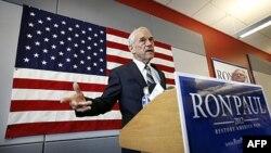 Ông Ron Paul trong 1 cuộc họp báo tại Iowa, 10/5/2011