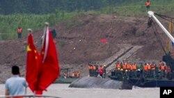3일 중국 양쯔강 유람선 전복 사고 현장에서 구조 작업이 벌어지고 있다.