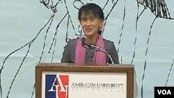 Aung San Suu Kyi bertemu dengan warga Burma di Amerika (20/9).