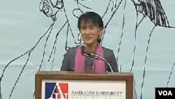 昂山素季对缅甸侨胞发表讲话(美国之音电视截屏)