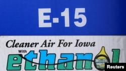 FIAN  - エタノールの15%のガソリンであるE15を販売しているガスポンプは、アイオワ州メーソンシティ、May 18、2015に見られる。