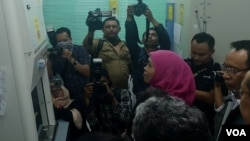 Gubernur Jawa Timur Khofifah Indar Parawansa didampingi Rektor Universitas Airlangga Mohammad Nasih meninjau laboratorium di Tropical Desease Center Unair (VOA/Petrus Riski).