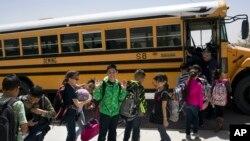Học sinh một trường tiểu học ở Columbus, New Mexico, Hoa Kỳ.