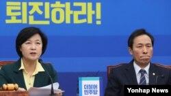 한국 더불어민주당 추미애 대표가 21일 국회에서 열린 최고위원회의에서 발언하고 있다. 오른쪽은 우상호 원내대표.