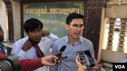 Former Radio Free Asia reporters Uon Chhin (left) and Yeang Sothearin talk to reporters outside of the appeals court on December 23, 2019. (Tum Malis/VOA Khmer)