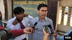 Yeang Sothearin dan Uon Chhin, mantan wartawan Radio Free Asia, berbicara kepada para wartawan di luar gedung pengadilan, 23 Desember 2019. (Foto: Tum Malis/VOA)