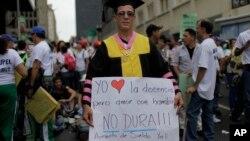 Los maestros protestan con el paro por mejores condiciones salariales.