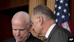 舒默尔参议员与麦凯恩参议员在会上商讨主要参议员的移民法改革提案