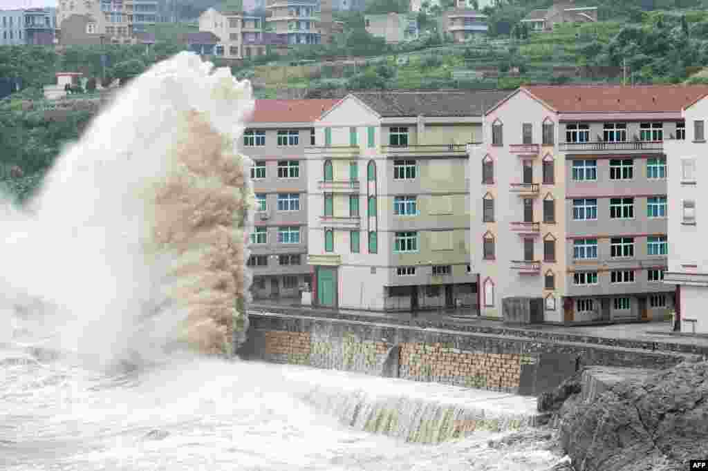 امواج ناشی از توفان بحری که سبب تخلیۀ ساکنان سواحل شرقی چین در ولایت ژیجیانگ شد.