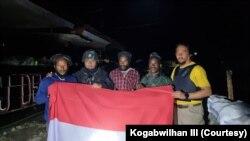 Tiga anggota kelompok kriminal bersenjata (KKB) pimpinan Lekagak Telenggen yang menyerahkan diri ke Satgas Ops Nemangkawi TNI-Polri, Minggu 16 Mei 2021. (Courtesy: Kogabwilhan III)