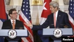 El secretario de Estado, John Kerry, se dirige al canciller cubano Bruno Rodríguez durante conferencia de prensa en el Departamento de Estado.