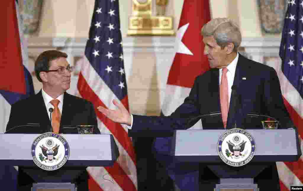 Secretário de Estado americano John Kerry e Ministro de Relações Exteriores cubano Bruno Rodriguez Padilla em Washington D.C., 20 de Julho, 2015.