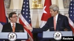 克里(右)與古巴外長帕里利亞(左)共同出席記者會