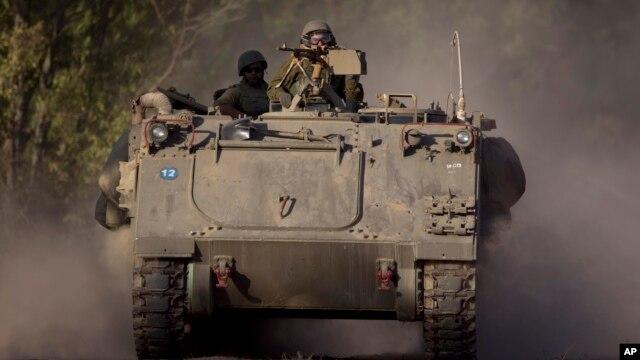 Soldados israelíes a bordo de un vehículo blindado cerca de la Franja de Gaza, en la frontera de Israel.