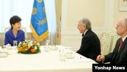 박근혜 한국 대통령이 지난 10일 청와대에서 블룸버그 통신과 인터뷰를 갖고 북한 문제 등에 대한 입장을 밝히고 있다.