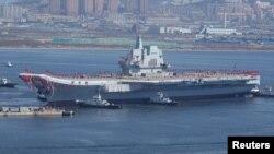 Tàu sân bay đầu tiên do Trung Quốc tự đóng đang rời cảng Đại Liên.