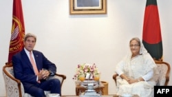 US Secretary of State John Kerry (L) and Bangladesh Prime Minister Sheikh Hasina pose for a photograph during a meeting in Dhaka, Aug. 29, 2016.