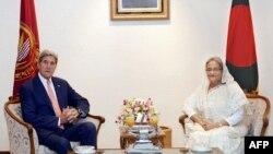 AQSh Davlat kotibi Jon Kerri (chapda) Bangladesh Bosh vaziri Shayx Hasina bilan, Dakka, Bangladesh, 29-avgust, 2016-yil.