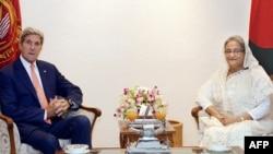 29일 방글라데시를 방문한 존 케리 미국 국무장관(왼쪽)이 다카에서 셰이크 하시나 방글라데시 총리와 회담했다.