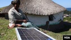 Em muitos países africanos, inovadores aproveitam a energia solar. Angolanos querem investir, mas faltam recursos.