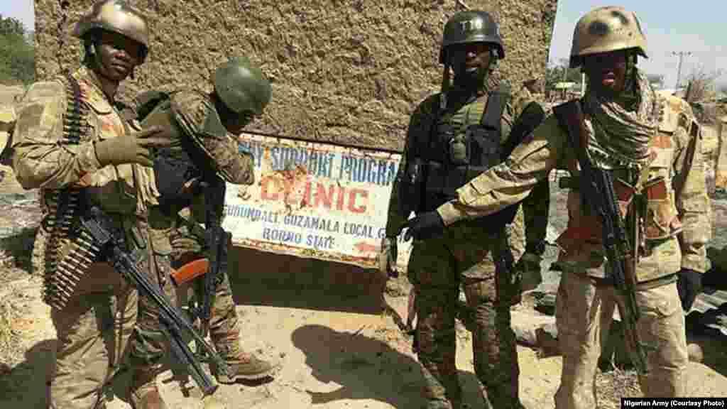 Sojojin Najeriya a garin Gudumbali dake Jihar Borno a bayan an kwato garin. An samu hoton bayan da zaratan sojojin Najeriya suka sake fatattakar 'yan Boko Haram daga garin dake Jihar Borno