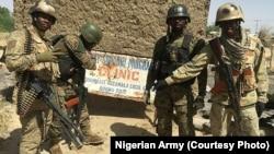 Des soldats nigérians prennent position au cimetière de Gudumbali que les forces spéciales nigérianes ont repris de Boko Haram, dans l'Etat de Borno