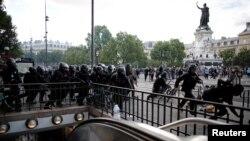 6月13日,法國巴黎發生抗議警察暴力的示威。警察在示威期間奔跑。
