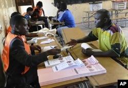Des Zambiens déposent leurs bulletins de vote à Lusaka (20 septembre 2011)