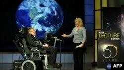Стивен Хокинг выступает с лекцией в честь 50-летия НАСА. Архив. 2008г.