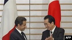 Прем'єр-міністр Японії Наото Кан вітає президента Франції Ніколя Саркозі
