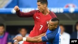L'attaquant français Dimitri Payet et l'attaquant portugais Cristiano Ronaldo lors du match de football opposant le Portugal et la France à l'Euro 2016 au Stade de France, au nord de Paris, le 10 juillet 2016.