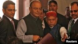 印度财长阿伦·贾伊特利 (左二) 抵达议会,准备发布年度预算 (2018年2月1日)