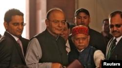 بھارت کے وزیر مالیات ارون جیٹلی وفاقی بجٹ پیش کرنے ایوان میں آ رہے ہیں۔ یکم فروری 2018
