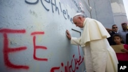 Francisco negó que esté directamente involucrado en el proceso de paz del Medio Oriente, declarando que estaría loco si hiciera eso.