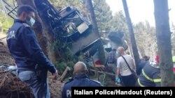 Polisi na timu ya uokozi wakiwa katika eneo la tukio huko Italy
