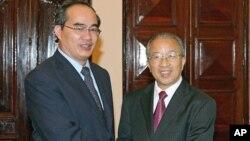 9月6号越南副总理阮生雄(左)和中国中国国务委员戴秉国(右)在河内举行会晤