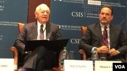美國哥倫比亞廣播公司電視主持人謝弗(左)與國際與戰略研究中心亞洲事務副總裁格林在研討會上 (美國之音莉雅拍攝)