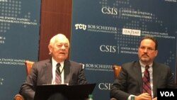 Bob Schieffer (kiri), wartawan radio dan televisi kawakan Amerika, ketika berbicara dalam sebuah forum yang diselenggarakan oleh CSIS di Washington DC (foto: dok).