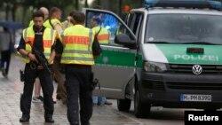 독일 뮌헨 경찰이 22일 총격사건 현장 주변을 살피고 있다.
