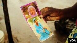 Esther Yakubu tient une photo de sa fille, Dorcas Yakubu, enlevée par les islamistes à Chibok au Nigeria. (VOA / C.Oduah)